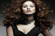 Как сделать стильную прическу на вьющиеся волосы?