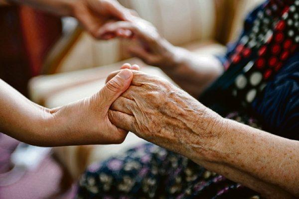 Кто может получать пособие по уходу за престарелым и на каких условиях?