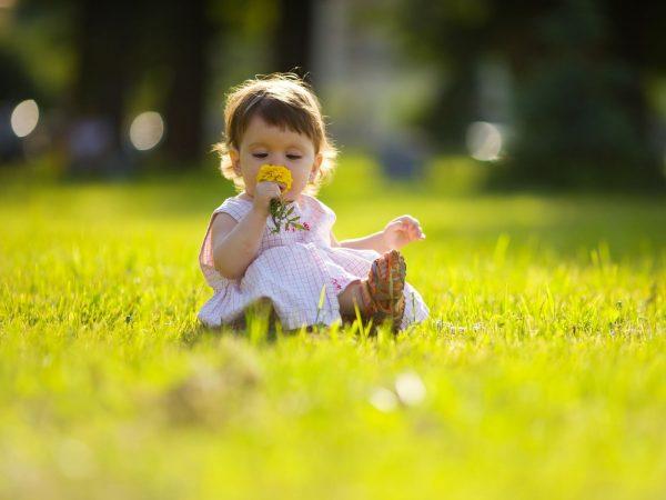 ребенок на весенней прогулке