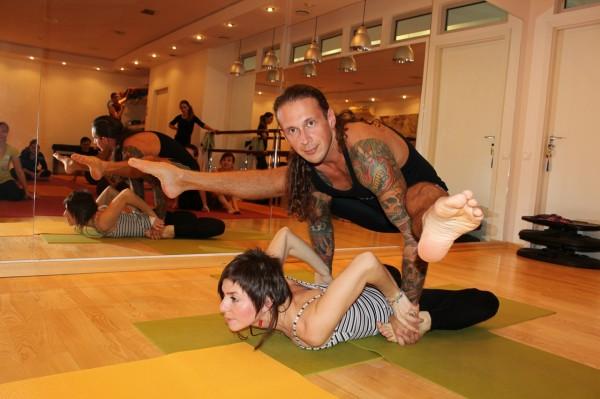 Какие есть упражнения в парной йоге?