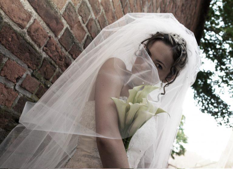 Снится белые платья и фата
