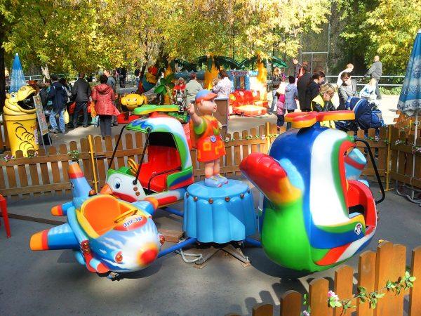 Батуты и другие аттракционы в парке: небольшое руководство для родителей