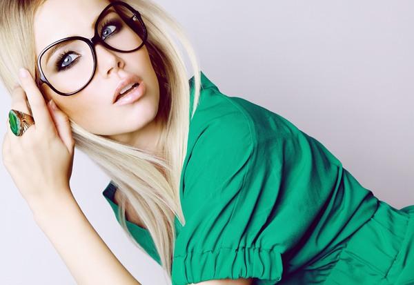Какой делать макияж тем, кто носит очки