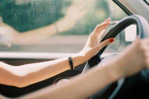 Освоение вождения до и во время беременности: приоритет безопасности женщины и младенца
