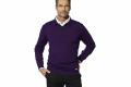 Футболки разных цветов, пуловеры и другие элементы модной мужской одежды