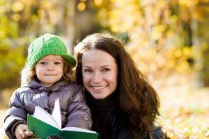 Весенние прогулки с детьми: какую одежду выбрать маме для себя