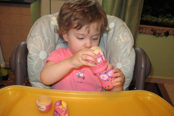 Ребенок играет с матрешкой