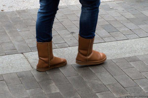 Угги на женских ногах