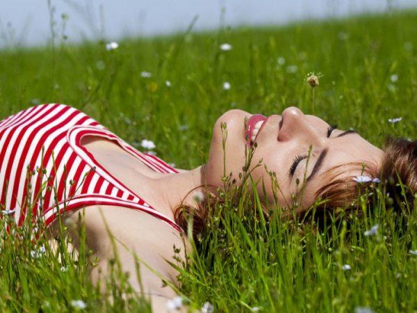 Счастливая девушка на траве