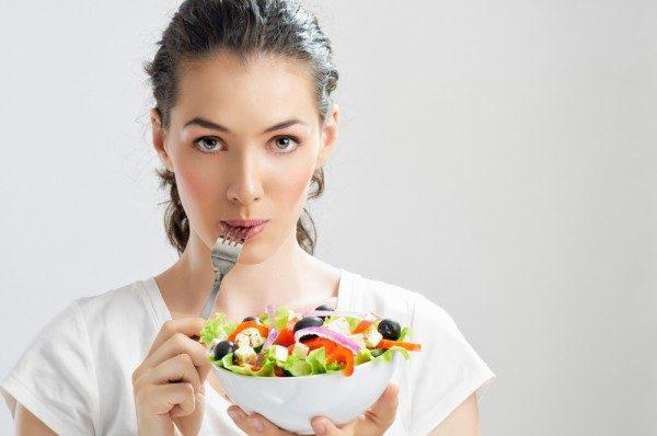 Девушка питается здоровой пищей