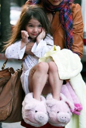 Девочка в больших тапках
