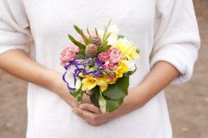 Цветы в подарок близким женщинам: что выбрать для мамы, сестры и других