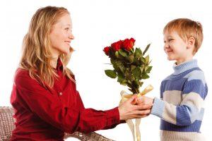Празднование восьмого марта в разных семьях и подарки дочерям: что и как стоит дарить