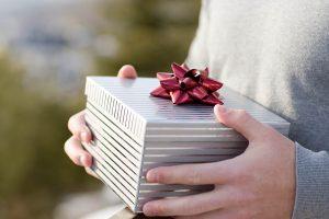 Идеи подарков: 7 вариантов, что подарить другу