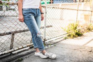 С чем носить мужские джинсы большого размера?