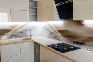Всё что вы хотели знать про кухонный фартук из стекла